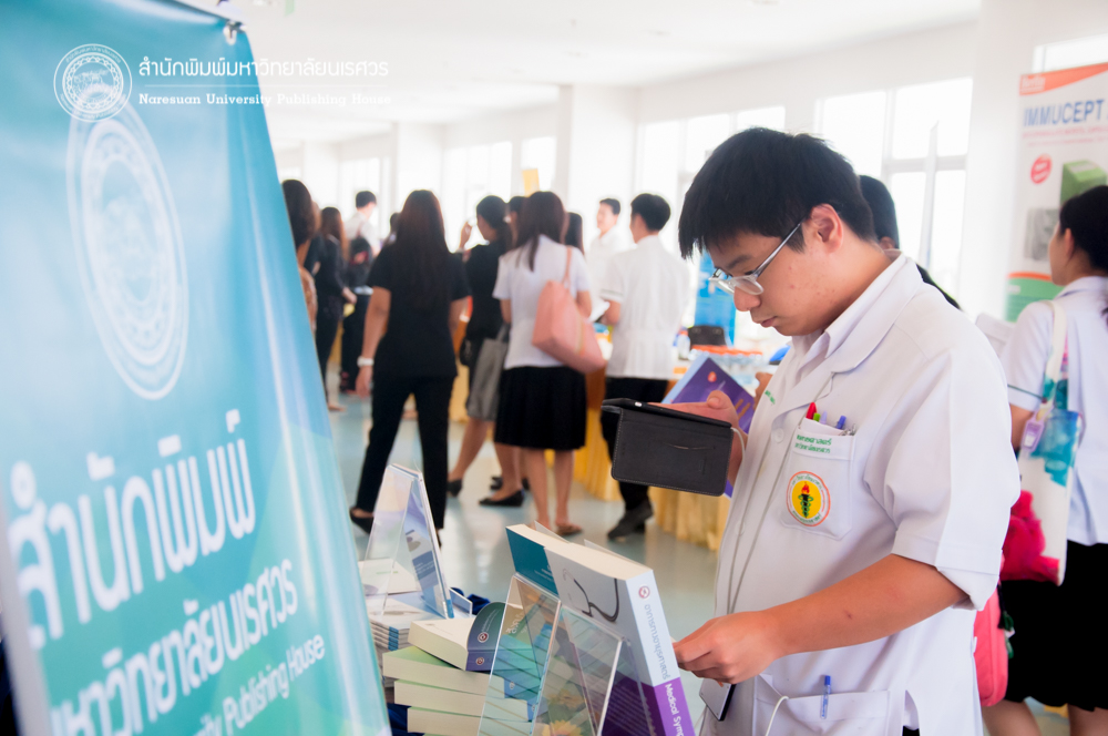 3 พฤศจิกายน 2559 สำนักพิมพ์มหาวิทยาลัยนเรศวร ร่วมออกบูธโครงการประชุมวิชาการภาควิชาอายุรศาสตร์ ครั้งที่ 5 เพื่อประชาสัมพันธ์การจัดทำเอกสารสิ่งพิมพ์ทางวิชาการ